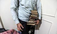 کشف کتابهای خطی در خانه فروشنده موادمخدر + تصاویر