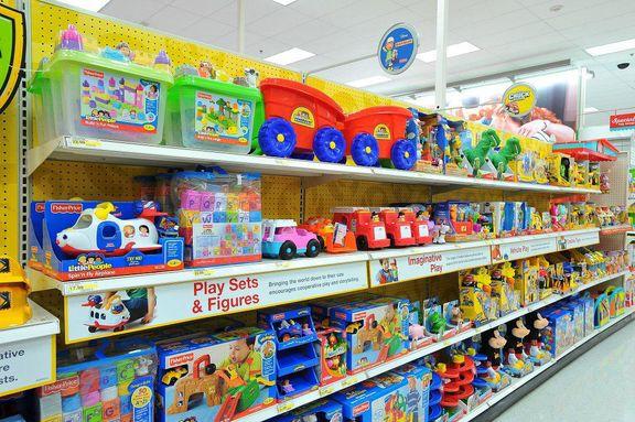کودکان به اسباب بازیها نگاه میکنند، والدین به قیمتها