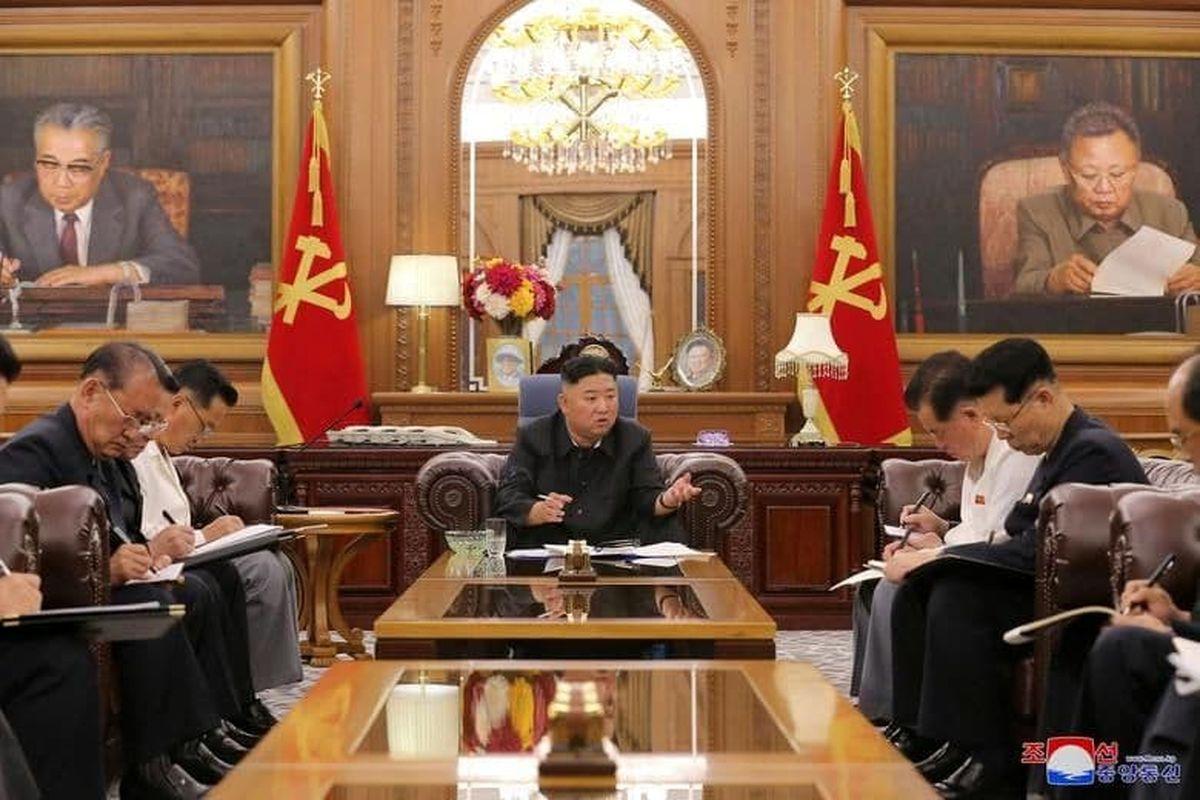 «کیم جونگ اون» در دفتر کارش +عکس