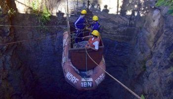 تلاش غواصان برای نجات معدنچیان در ریزش معدن +عکس