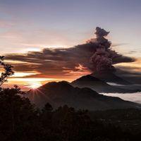 دستور تخلیه ۱۰۰هزار نفر از اندونزی از بیم آتشفشان +عکس