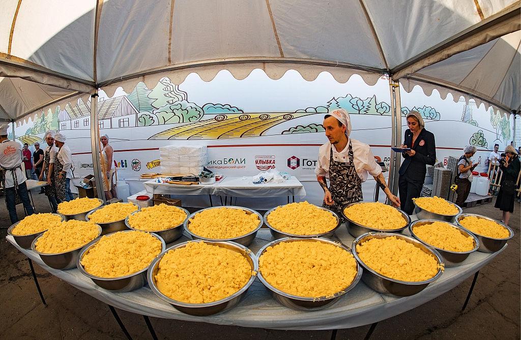 بزرگترین املت با بیش از 7000 تخممرغ در روسیه (عکس)