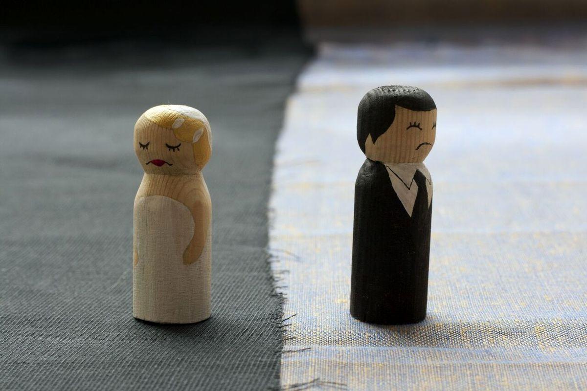 مردی زنش را بخاطر عکس انداختن از غذا طلاق داد!