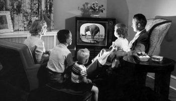 علاقه عجیب انگلیسیها به استفاده از تلویزیون سیاه و سفید