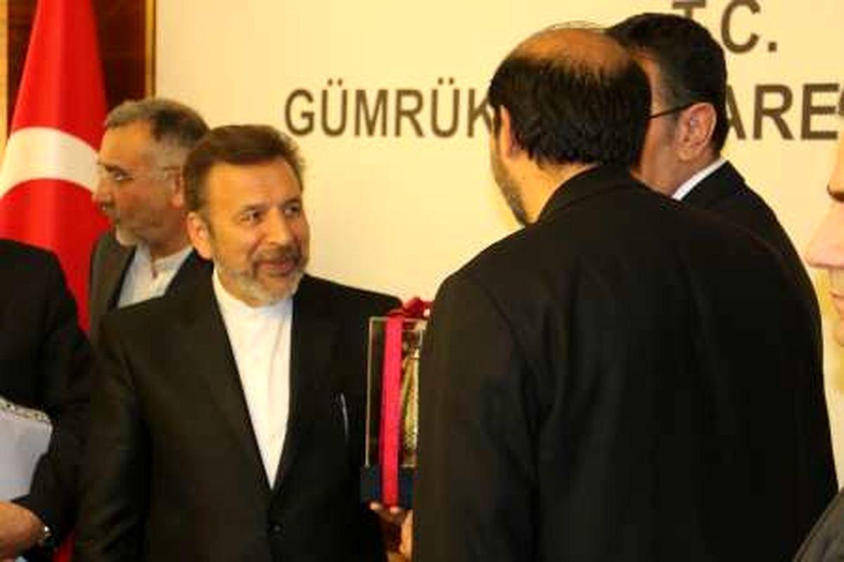وزیر ارتباطات در راس هیاتی بلند پایه وارد استانبول شد
