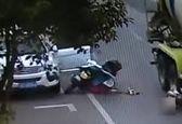 لحظه وحشتناک رد شدن کامیون از روی موتورسوار +فیلم