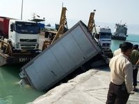سقوط کامیون در خلیج فارس +عکس