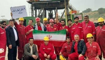 جشن 40سالگی انقلاب روی دکل نفتی +عکس