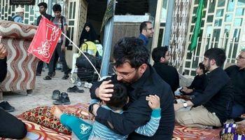 آذری جهرمی و فرزندش در موکبهای پیادهروی اربعین +عکس
