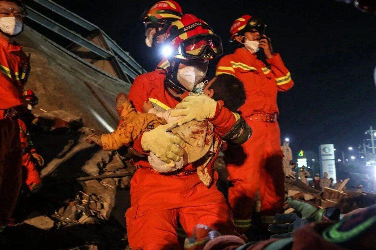 کودک نجاتیافته از حادثه فروریختن هتلی در چین +عکس