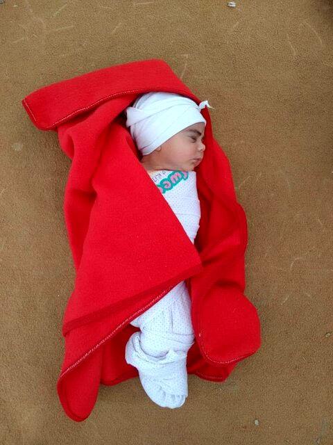 دختر تازه متولد شده در محاصره سیلاب