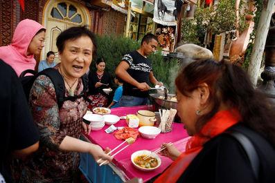 توریست ها در حال خوردن ناهار در شهر قدیمی درکاشگار ، منطقه خودمختار اویگور چین