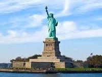 پلیس آمریکا یک زن معترض را پای مجسمه آزادی بازداشت کرد