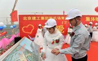 ازدواج دسته جمعی کارگران فرودگاه جدید پکن +عکس