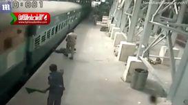نجات زنی از زیر ریل قطار! +فیلم