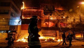 آتش زدن ایستگاههای مترو در شیلی +تصاویر