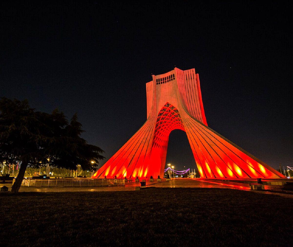 برج آزادی و پل طبیعت در روز جهانی هموفیلی قرمز شد + عکس