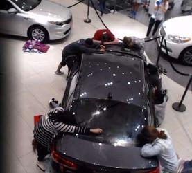 بوسیدن خودرو برای تصاحب آن!