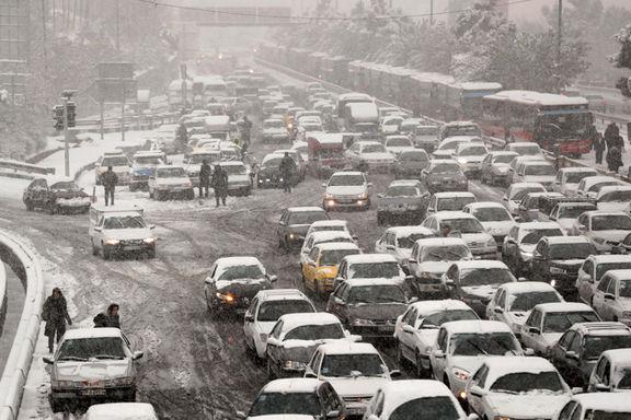 آماده باش مناطق ٢٢ گانه شهرداری تهران در پی بارش برف/ استقرار ١٣۵٠ ماشین آلات برف روبی در پایتخت