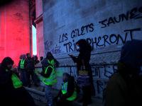 ماکرون صدای جلیقه زردها را شنید/ ادامه اعتراضات در سنای فرانسه