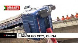 نجات راننده معلق میان زمین و هوا در چین +فیلم