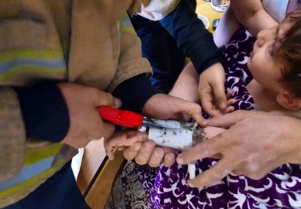 رهاسازی دست کودک ۳ساله از کفشوی حمام + عکس