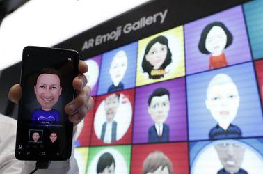کنگره جهانی موبایل، Samsung Galaxy S9 is displayed with an AR emoji