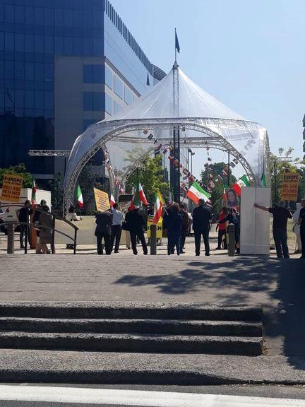 تجمع مضحک منافقین مقابل دفتر اتحادیه اروپا +عکس