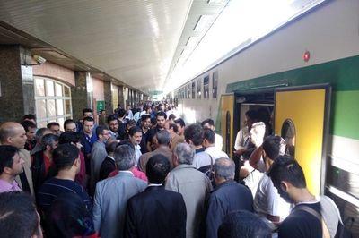 ازدحام مسافران مترو در ایستگاه چیتگر