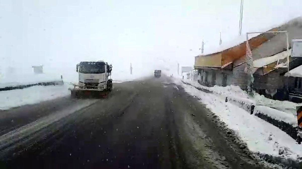 خودروها در جادههای برفی مازندران گرفتار شدند