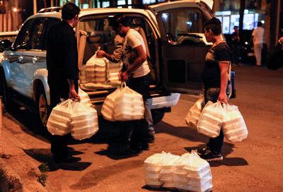 ۲۰۰۰ سبزی پلو با ماهی، میان بی خانمان ها توزیع شد