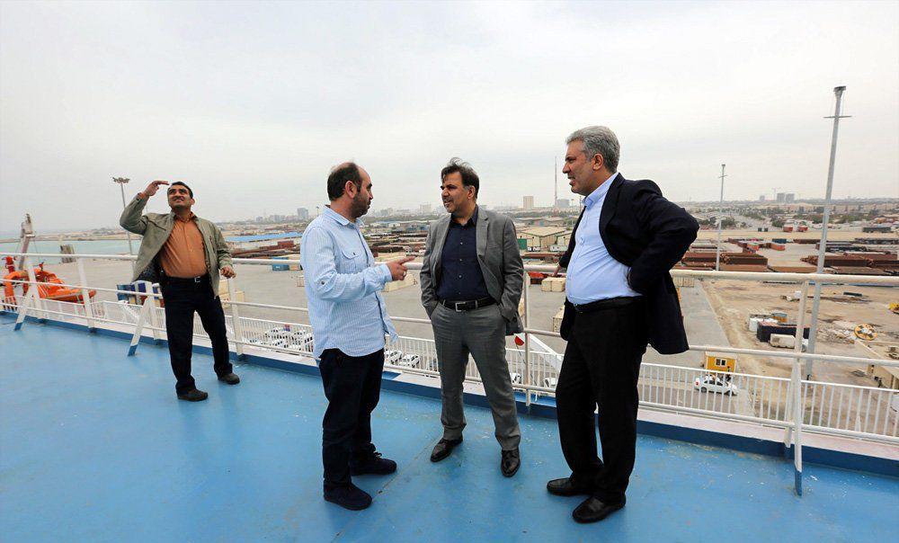 وزیر راه روی عرشه کشتی کروز