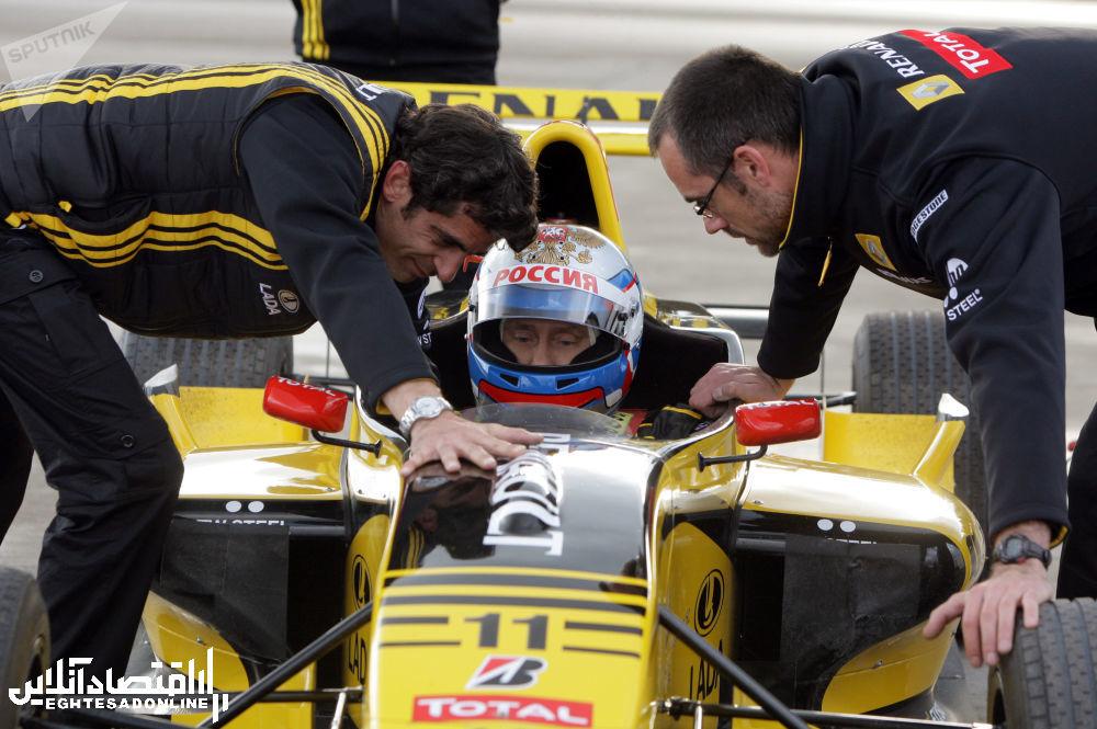 ولادیمیر پوتین برای انندگی با خودروی فرمول یک آماده می شود
