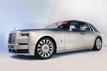 2018-Rolls-Royce-Phantom-VIII-front-three-quarter-01