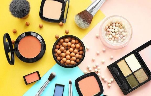 پاک کردن آرایش صورت دختران توسط مسئولان مدرسه +عکس