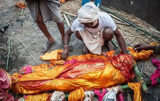 زنده شدن مرد هندی در مراسم خاکسپاری +عکس